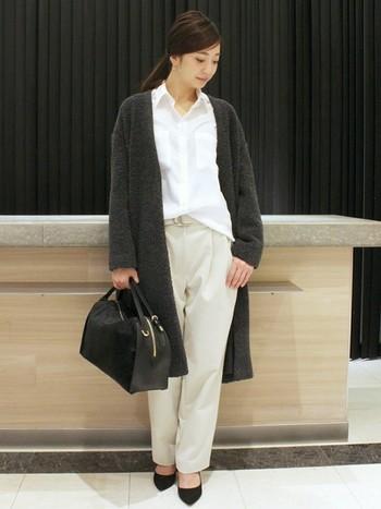 タックパンツにシャツを合わせれば、オフィス向けのかっちりコーデになります。ロングのガウンコートを羽織って、今年ならではの着こなしに。