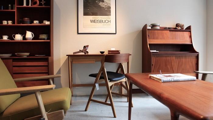 窓から灯りが差し込み浮かび上がる美しい家具の風合い。