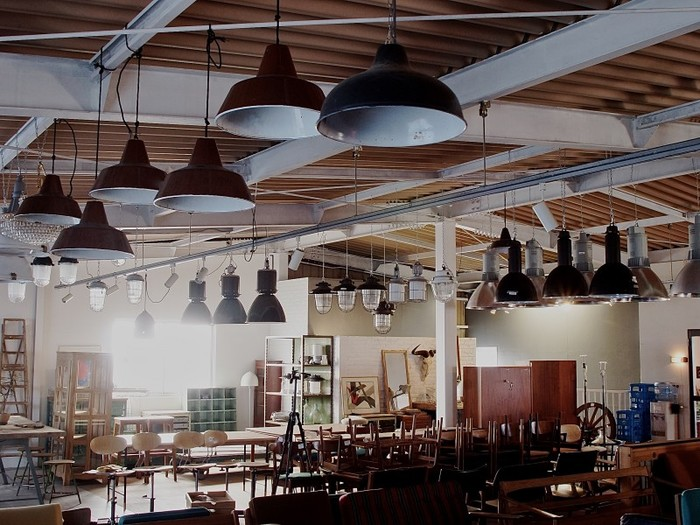 ランプのような工業アンティークも揃います。