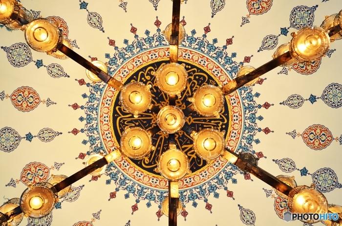 ランプにも、魔除けや永遠の広がりなどさまざまな意味が込められています。立体的な照明器具も、真下から見上げると、文様の一部のよう。