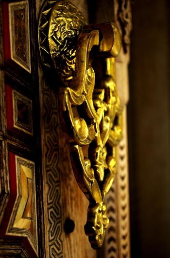 ドアノブの彫金。異国にあって、最上の仕事を目指した職人の心意気が伝わってきます。