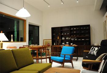 落ち着いたシックな北欧家具が並ぶ店内。青いソファのコントラストが素敵です。