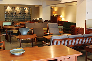 人気や流行にこだわらない、統一感がある家具が並ぶ店内。