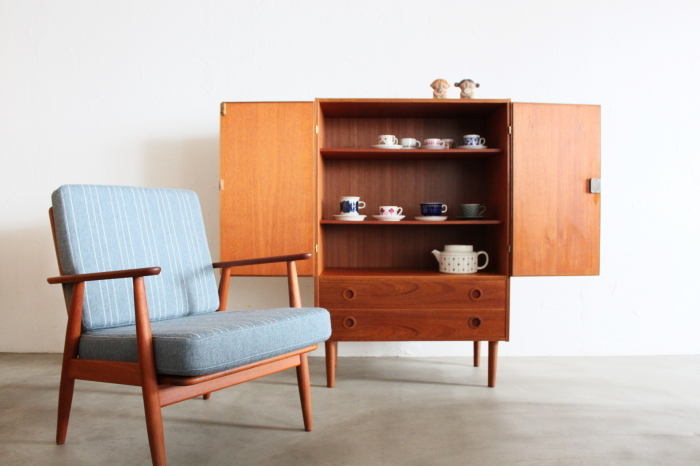 カップボードに一人がけソファ。ヴィンテージ家具で揃ったインテリアは馴染みがよく美しい。