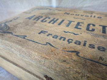 フランスのアンティーク雑貨。シャビー感漂う木箱。