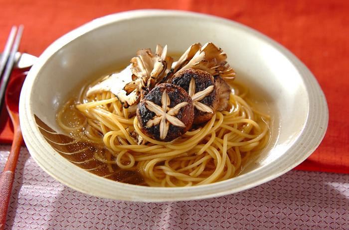 焼いたきのこと、とろみがついた和風スープの組み合わせが食欲をそそります。きのこの美味しい季節にいただきたいですね。