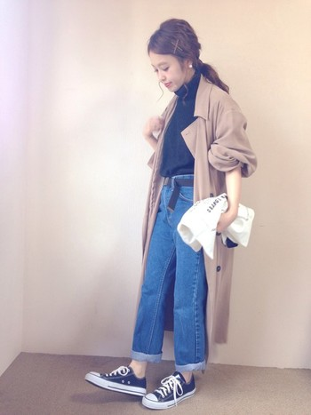 ロング丈のコートをすっきりと着こなす秘密は、ニットをインしてコンパクトにまとめたことかもしれませんね。 また、袖をまくったり、バッグをコンパクトに畳んだりしたこともコーデものアクセントになっています。