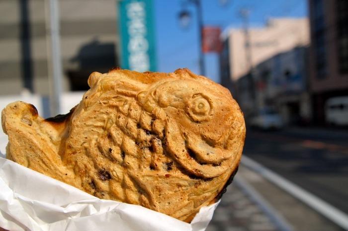 自家製あんこのたい焼きをパクリといただきましょう♪ これからの季節、アツアツのたい焼きは鎌倉散策のお供に最適ですね。