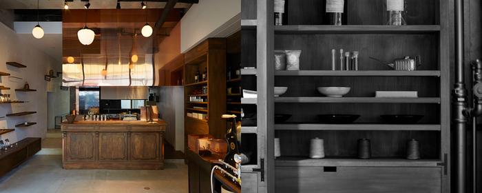 販売用の茶葉各種が並ぶ中、正面にあるカウンターでは、試飲やテイクアウトをオーダーすることができるのも魅力的。奥のスペースは茶房になっています。