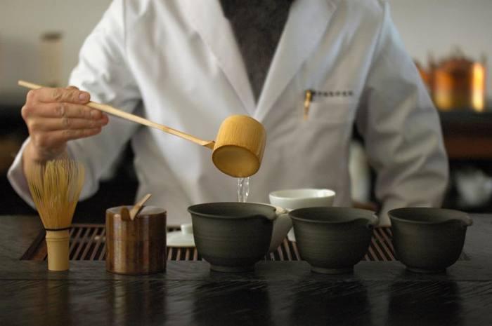 「souen 櫻井焙茶研究所」は、英語表記を「SAKURAI JAPANESE TEA EXPERIENCE」としています。つまり、ここに来れば、日本茶の全てが分かる。美味しいお茶をいただけるというだけでなく、その背景にあるストーリーが見えてくる。そんな特別な体験ができる場所。所長の櫻井さんはじめ、スタッフの方も白衣に身をつつみ、整った空間の中で、静謐な雰囲気を醸し出しています。日常の延長で、ふらりと入っていける気軽さがありながら、中に入れば、非日常の空間が広がっているような不思議な魅力を感じさせます。