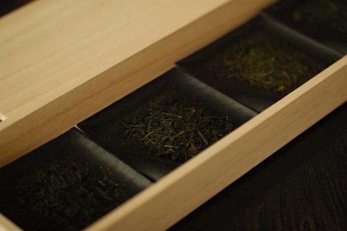 煎茶、玉緑茶、番茶、雁が音、釜炒り茶、焙じ茶....。日本茶は、たとえば同じ茶葉でも、製法によって、その個性は多様です。「souen 櫻井焙茶研究所」では、日本各地を回り、こだわってセレクトされた最上級の日本茶に出会えます。