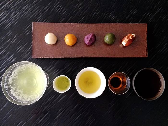このお店で、特徴的なのは、「お茶のコース(3,800円~)」や「お食事のコース(4,200円~)」といったメニューもあること。「お茶のコース」では、玉露、ブレンド茶、焙じ茶、抹茶(お薄)が順に出され、それぞれに合わせて、季節の和菓子やお漬物などお茶請けも添えてくれます。内容から考えると、とても良心的な価格なのもうれしい。お茶好きな方にぜひお薦めしたいコースです。