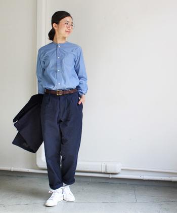 テーパードラインとワンタックできちんと感も演出できるパンツ。ノーカラーのシャツと合わせて上品なワークスタイルに。