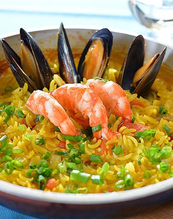 お米で作るパエリアとは、食感が違い楽しめる味です。おもてなしにもおすすめのレシピです。見た目も豪華ですよね。