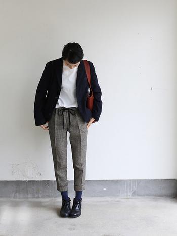 千鳥格子柄のパンツは、センタープレスが入ってきちんと感もありながら、ウエストのリボンがかわいらしい1着。ジャストな丈感なので、トレンド感のあるショートブーツと合わせて、ジャケットを羽織れば、冬のおでかけスタイルが完成。赤茶色のバッグが差し色に。