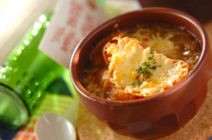 冷凍保存した玉ねぎを使うことで時短!そしてあの甘味を出せるという、嬉しいレシピです。これなら簡単に、でも本格的なオニオングラタンスープが作れそうです。