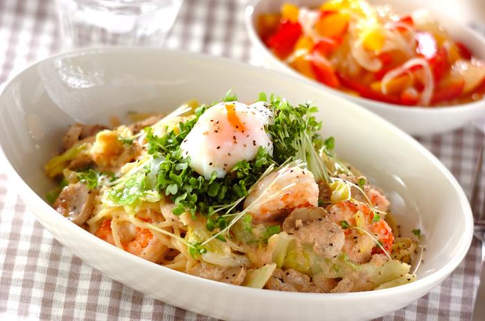 生クリームとフレンチドレッシングを混ぜ合せた明太子ソースに、キャベツやエビ、温泉卵がのったスペシャル豪華なスパゲッティ。どんなソースにも合うスパゲッティは、和洋混合のソースもぴたりと合う、頼もしいパスタなのです。