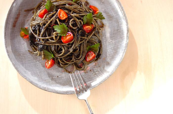 市販のイカスミで作るレシピです。お家でオシャレにイタリアンを楽しみたい時、ささっと作ってみたいパスタです。家族や友人から、お料理の腕が上がったと言われるかもしれませんね。