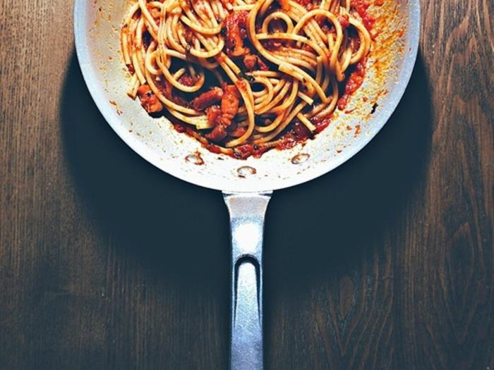 本場ローマのアマトリチャーナのレシピです。材料に出てくる「パンチェッタ」とは豚のバラ肉、または生ベーコン(いぶす前のベーコン)の二通りを言うのだそうです。濃厚なソースがブカティーニとよくマッチします。