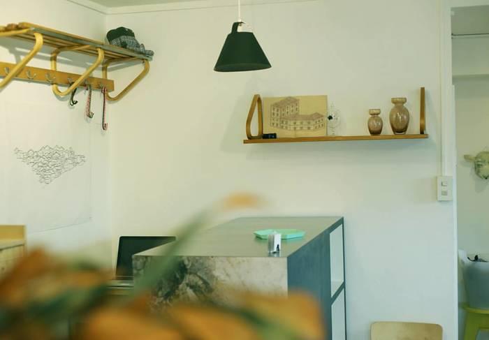 """artekのヴィンテージ家具などを什器としてレイアウトした店内は、お部屋作りの参考にもなりそう。温かみがあって、まさに""""友達の部屋を訪れているような""""感覚に。商品を丁寧に説明してくれる店主に心もほぐされます。"""