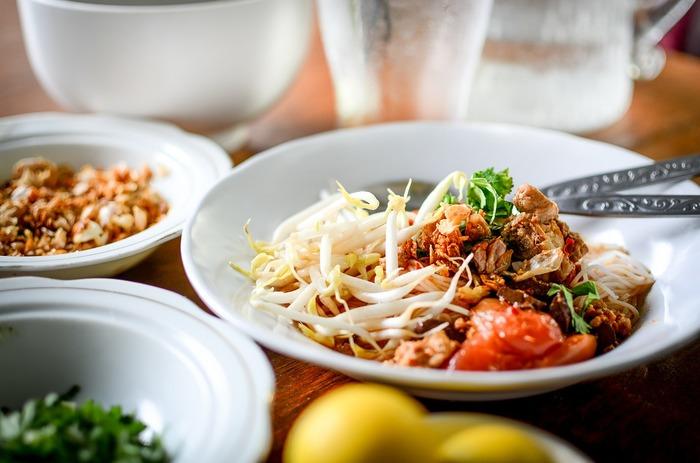 飽食の現代、体に良いとされる様々な食事方法が紹介されていますが、今回はゆっくりと体と向き合いながら食事を楽しむ「粗食」の魅力をご紹介したいと思います。従来までは「粗食」というと、質素な食事を意味する言葉でしたが、昨今は日本の伝統が活きたバランスの取れた食事だと見直されています。食事の内容はもちろん、旬の食材を選びながら四季を感じたり、薄味で食材本来の甘味を楽しんだりと自然と寄り添う「食」の時間を楽しまれてみてはいかがでしょうか。