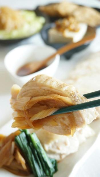 長ネギと生姜の香りをたっぷりとしみ込ませて、鶏むね肉をしっとり柔らかく。 おもてなしの食卓にもプラスして。
