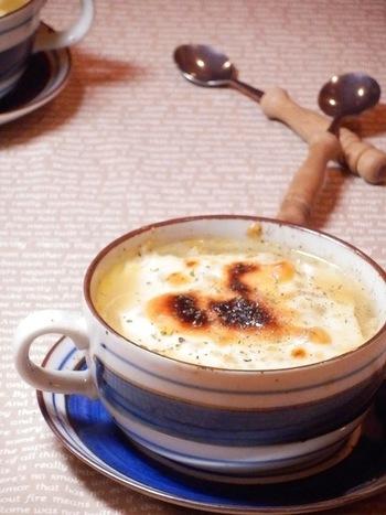 チーズを惜しみなく使って、長ネギまでとろとろに。 心もからだも味わいも温まりそうな「長ねぎとベーコンときのこのスープ」。 真冬の季節に一杯、いかがですか?