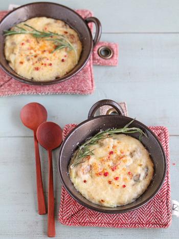 グリルで焼いて「牡蠣とねぎのクリームグラタン」。 ローズマリーやピンクペッパーをのせて、香りも彩りも豊かな一品に。