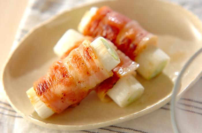 白ネギを包む「ベーコン巻き」。 こんがりと焼いた香りが香ばしく、お弁当にもほしい一品です。