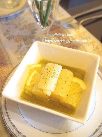 コンフィとはオイル煮のこと。こちらのレシピは水も加えてあっさりとしたコンフィに仕上げていますよ。仕上げにレモンと黒コショウを加えて、和風なイメージの長ネギをおしゃれな一品にしています。