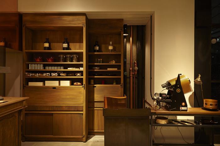 HIGASHIYAを手がけるSIMPLICITY(シンプリシティ)がデザインを担当した空間は、ミニマルでありながら、大きく入る自然光や木の家具が温かさや穏やかさを感じさせます。ところどころに並んでいる茶器や道具も目を楽しませてくれます。
