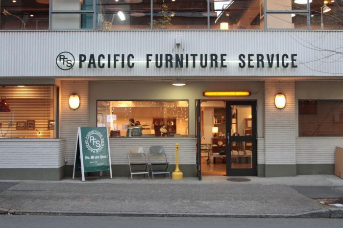 恵比寿西口から徒歩で5分の場所にあるPACIFIC FUNITURE SERVICE。「かっこいい家具よりかっこいい生活」を追求しています。