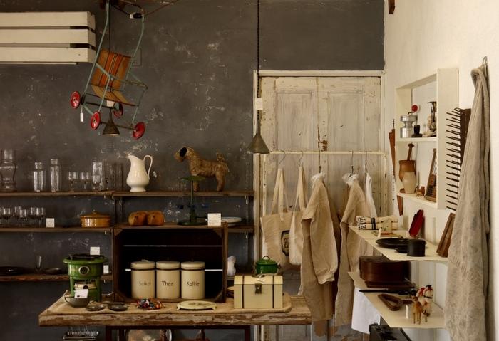 隠れ家的な古くてあたたかいヴィンテージ雑貨が所狭しと並ぶ店内。
