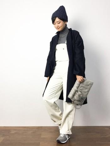 サロペットとの相性も良いですね。紺のニット帽も使い勝手がよくおすすめです。上品な印象になる上に、グレーや白との相性もばっちりです。