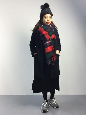 外国の少女のようなコーデは黒のファー付ニット帽で大人っぽさを取り入れています。足元のグレーのスニーカーで抜け感をプラス。