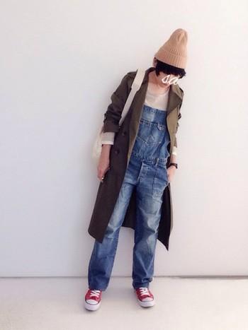 トレンチコートのボーイッシュなコーデにも。ベージュのニット帽でやさしい女性らしさが出ます。