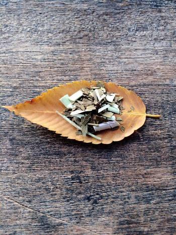 【寒露】とは、秋深まる頃に草花につく冷たい露。秋分から数えて15日目頃、本格的な秋の到来を表す節目でもあります。五穀豊穣を願って。巡り行く季節や恵みに感謝する。いちょう+レモングラスのお茶。想像力を刺激する組み合わせ。ゆっくり味わいながら、秋の空を眺めたくなります。