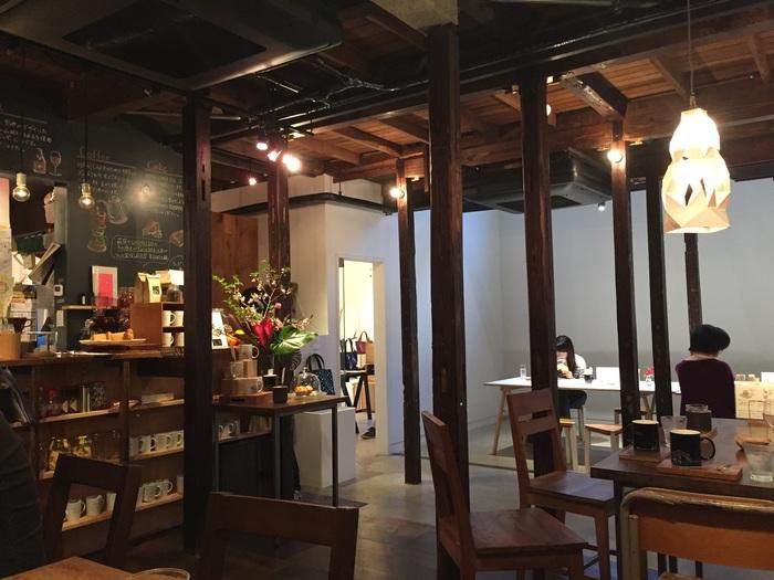 カフェの隣にはギャラリーがありますので、作品を眺めながらお食事や飲み物をいただけます。落ち着いた雰囲気の中、ゆっくり過ごせるのでお散歩途中に一息つく場所として利用できそうですね。