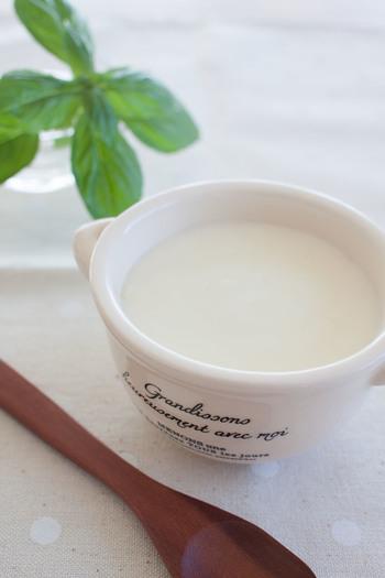 基本のホワイトソースの作り方を確認しましょう。焦げ色をつけずにダマにならないように丁寧に混ぜ合わせ、なめらかに仕上げます。味付けはもちろん使う料理に合わせて牛乳の量で柔らかさを調節できるのも手作りの良さですね。