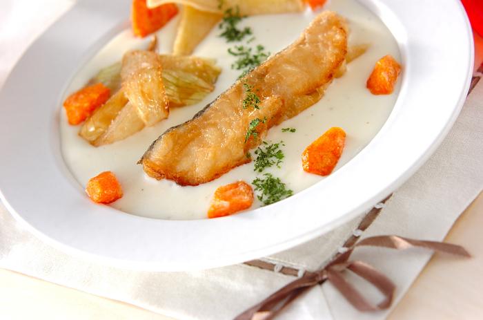 片栗粉をまぶしてからりと揚げた白身魚や野菜を、ホワイトソースを敷いた皿に盛り付けます。冬時期のパーティーやおもてなし料理にぴったりです。