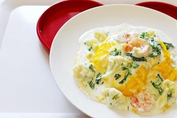 彩りがきれいなエビと菜の花のホワイトソースオムライス。カロリーを抑えたいときはバターライスを普通のご飯に変更しましょう。