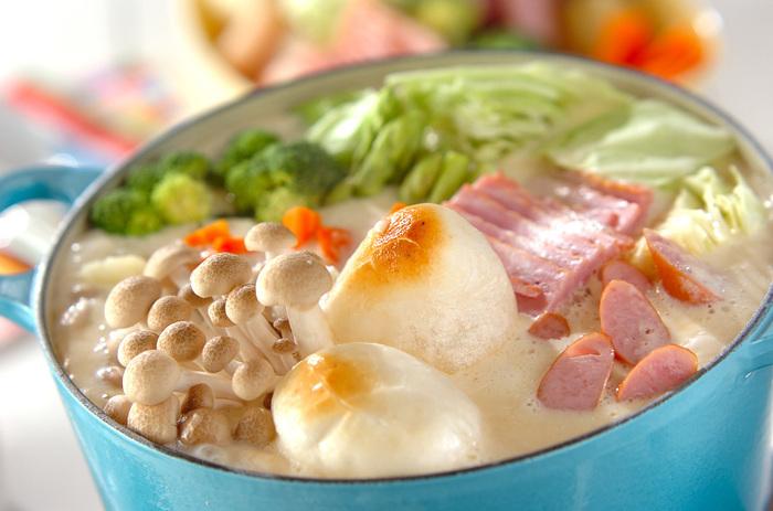 ホワイトソースと白味噌、チーズで作る濃厚なスープのお鍋。たくさんの具材を入れたお鍋は体が芯から温まりそうですね。〆にはリゾットにするのがおすすめです。