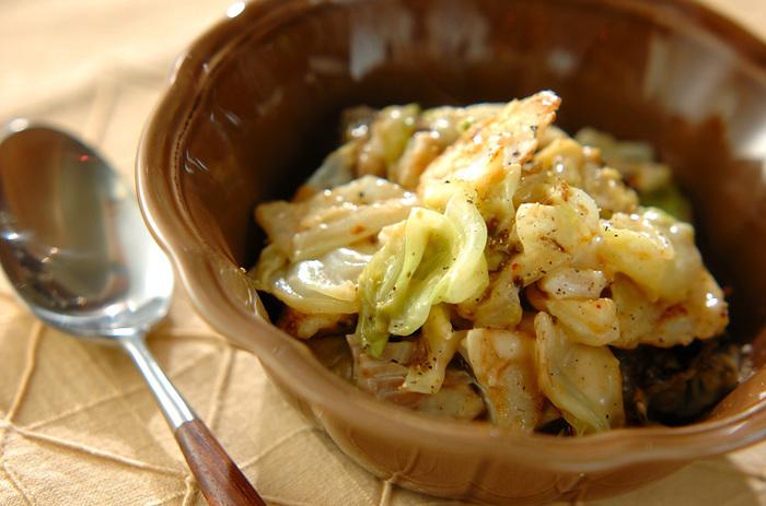 タラを焼いてからキャベツと一緒に白ワインで蒸し煮にし、仕上げにホワイトソースを入れて好みの固さまで煮詰めます。クリーミーなソースと淡白なタラが良く合います。これからの季節はタラの代わりに牡蠣も美味しいです。