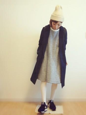 白タイツに白ニット帽でうまくまとまっています。ワンピースやスカートの時は、タイツの色と合わせるとまとまりやすくなります。