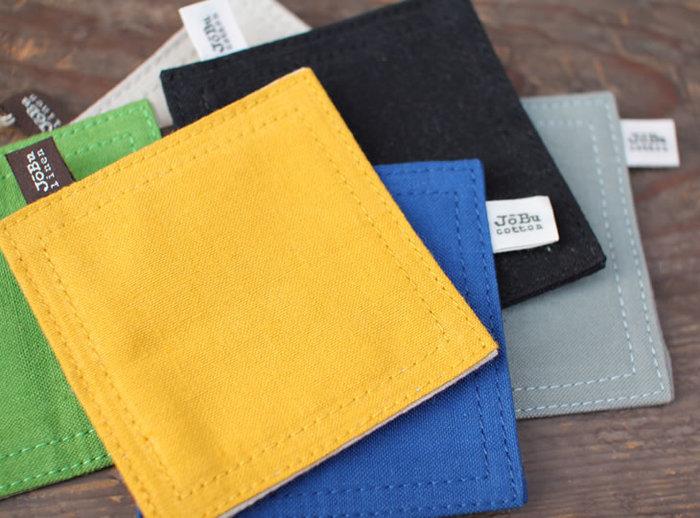 【コースター】 シンプルなデザインのコースターは、薄手帆布を重ねて作られています。「JOBU」のタグがワンポイント♪