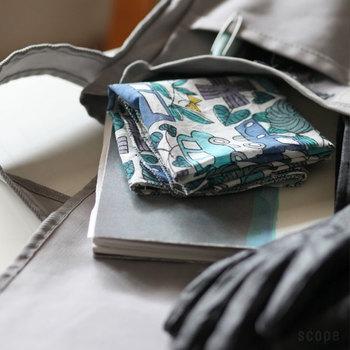 シンプルなかばんの中に、かわいいイラスト付きハンカチを入れてもGOOD◎あたたかみのあるこのハンカチは、鹿児島 睦 (かごしま まこと)さんのイラストをプリントしたもの。シンプルな色使いでかわいいですね。