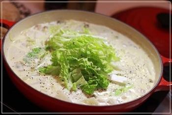 あさりやむきエビ、白菜をたーっぷり使った濃厚なクラムチャウダーのお鍋。シメに生パスタをいれると最高に美味しい★リゾットもいいですし、パンに付けて食べてもいいですね。