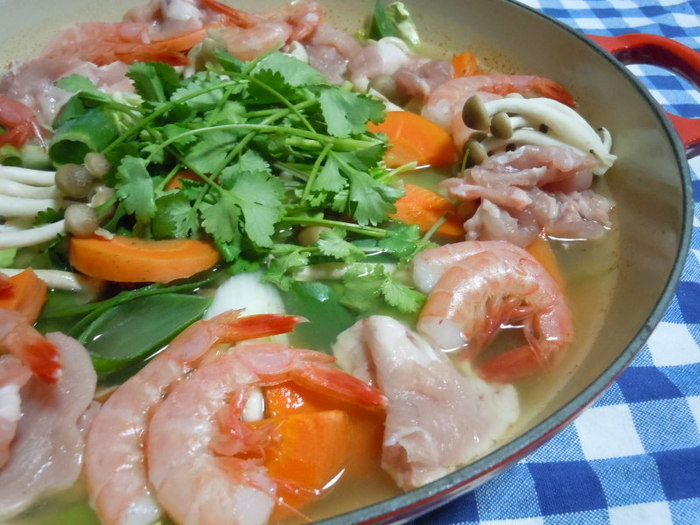 人気のトムヤムクンもお鍋にできちゃいます!こちらもナンプラーやパクチー、レモン汁を使い、トムヤムクンペーストを入れるだけ。シメは、ラーメンやフォーがおすすめ。