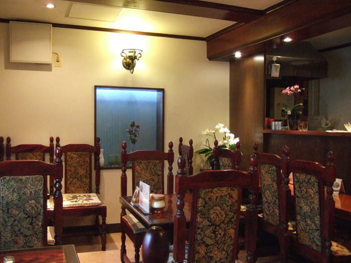 店内にある家具はアンティーク調で落ち着いた雰囲気。友人や恋人とゆっくりおしゃべりを楽しめます。