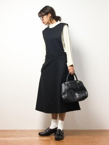 クラシカルなデザインのジャンパースカートは合わせる小物に拘って、とことんクラシカルに決めて◎ バッグもきちんとした形のものだとピッタリですね。お嬢様っぽいコーディネートがジャンパースカートにはよく合います。